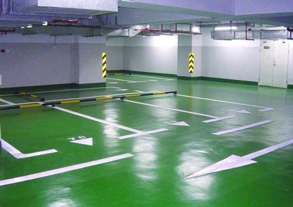 停车场地坪出现涂层剥离现象应该如何处理,分析出环氧涂层剥离破坏的主要原因,在设计和施工阶段就要采取一定的措施。具体表现出下:   第一:配制环氧地坪漆配方要注意中涂层环氧砂浆的配比,选用线膨胀系数小、弹性模量低、固化收缩小的配方;要确保结合界面的黏结拉力大于混凝土的抗拉强度标准值。   第二:细石混凝土基层选择双向配筋,并且设计强度选用C30以上,基层施工时,要一次收浆压平,且保证2mm每平米的平整度和防止起砂、空鼓。   第三:施工环境要求在室温10~25之间施工;无溶剂环氧涂料是油性的,要保证基层